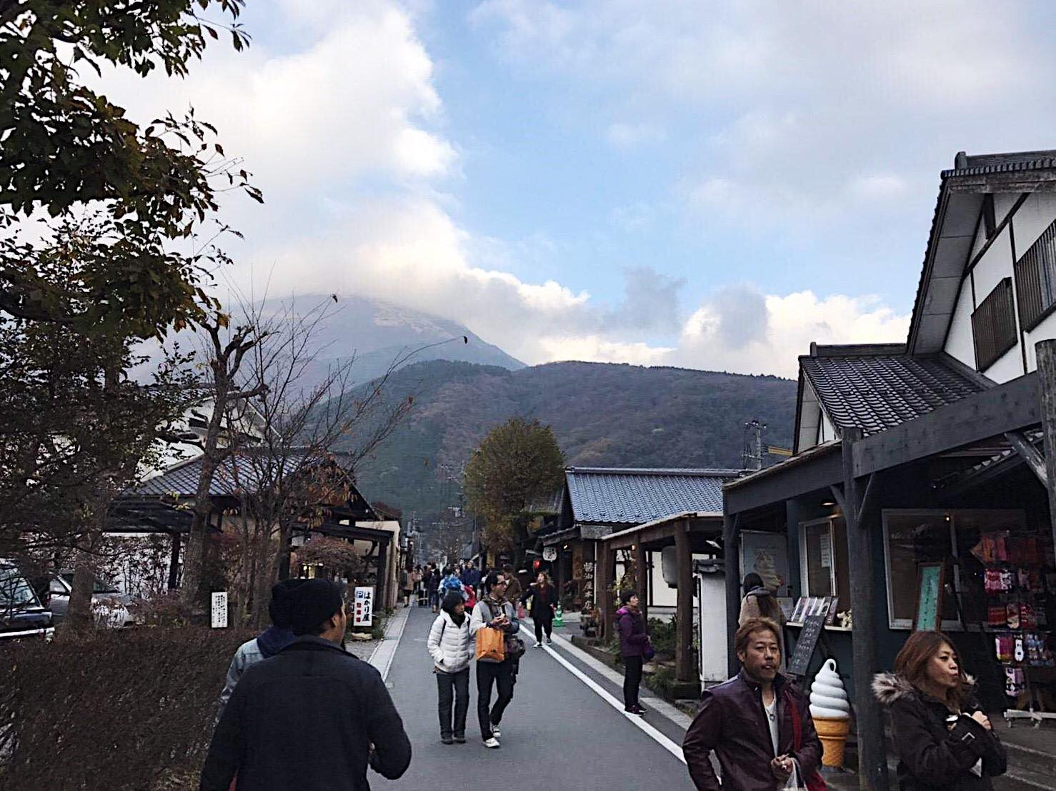 Picture of a street in Yufuin with the backdrop of mountains