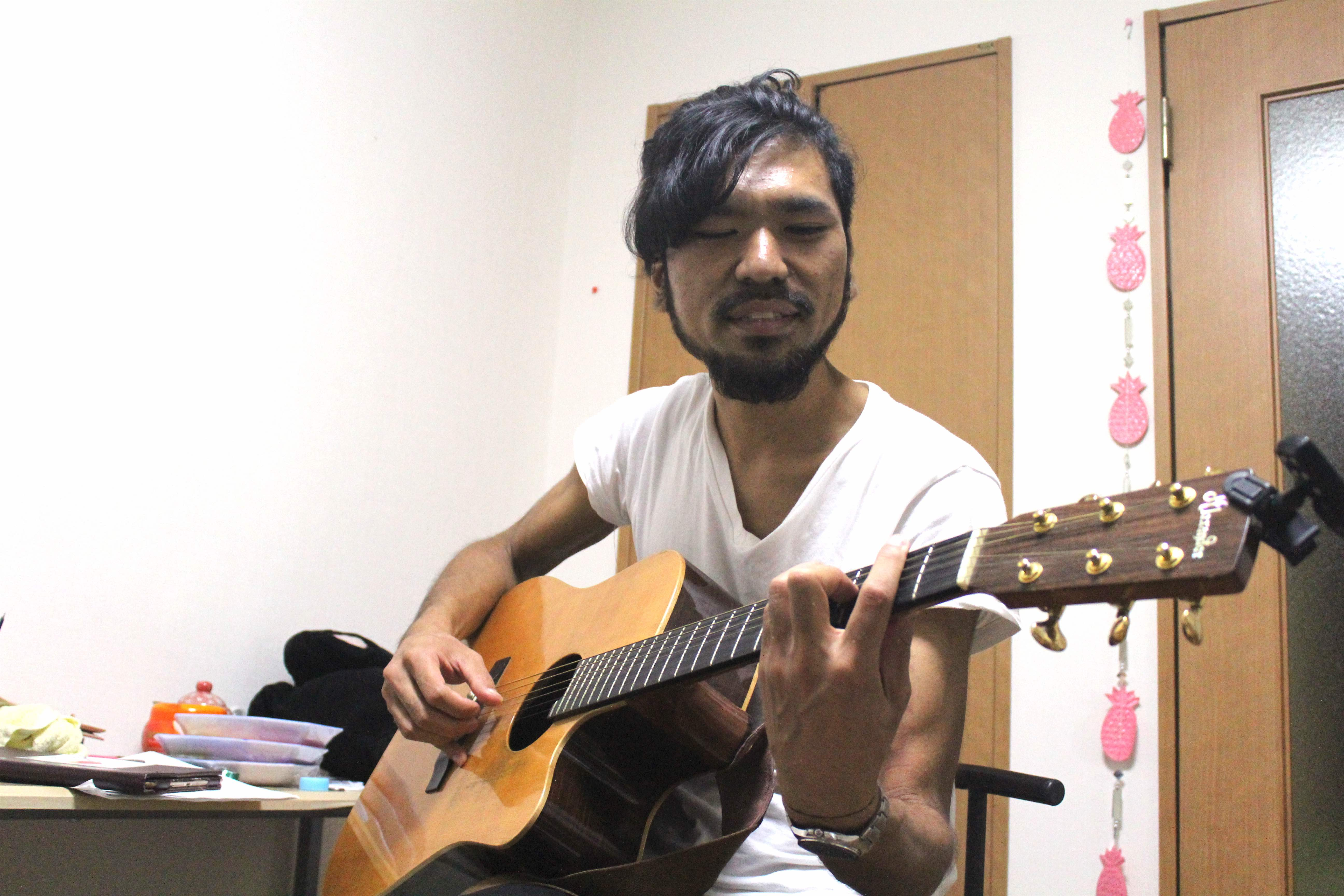A picture of Yusuke with a guitar