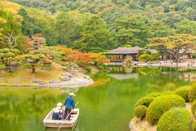 A picture of the Ritsurin garden during daytime in autumn