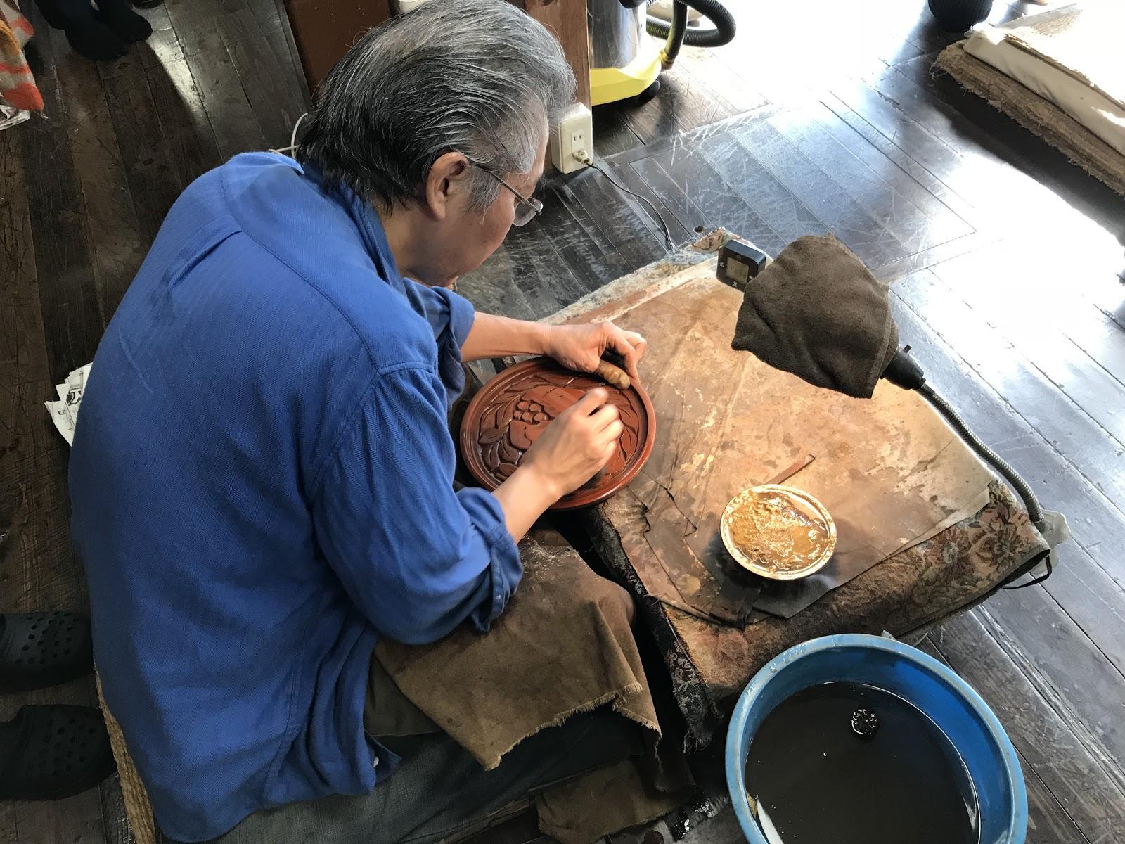 A picture of an artisan working on kamkurabori
