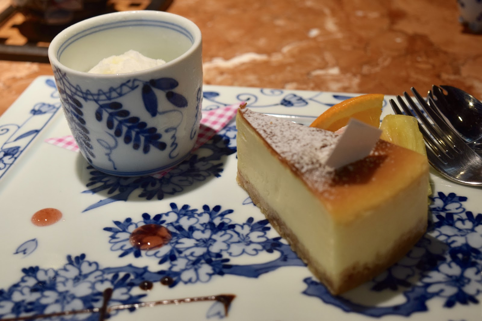 picture of the plate holding the cheesecake
