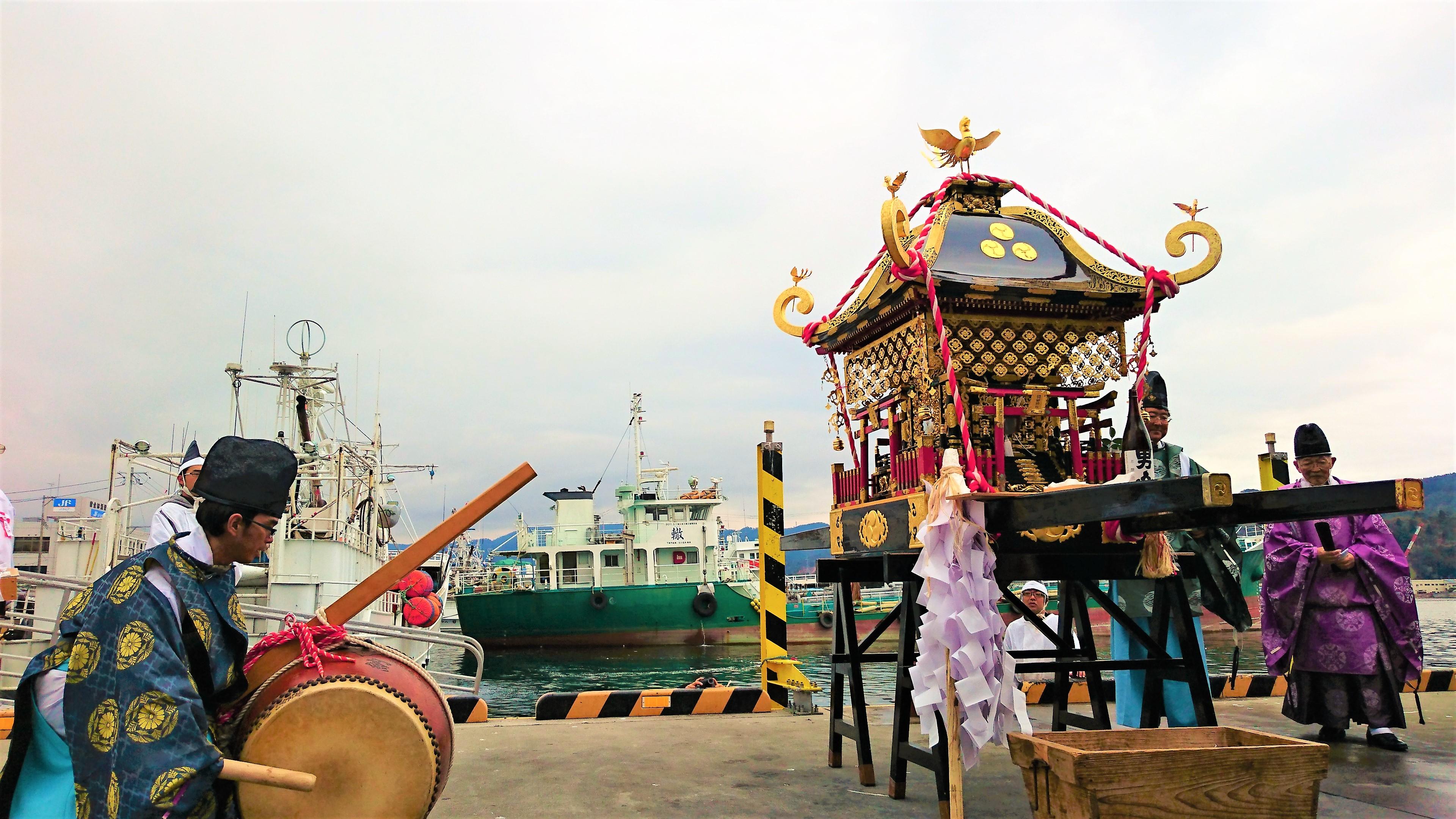 Picture of the portable shrine at the kesennuma port