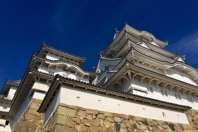 A picture of the side-profile of the Himeji castle from bottom up