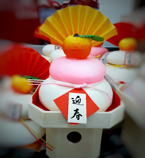 kagamimochi, two-tier rice cakes with a tangerine on top