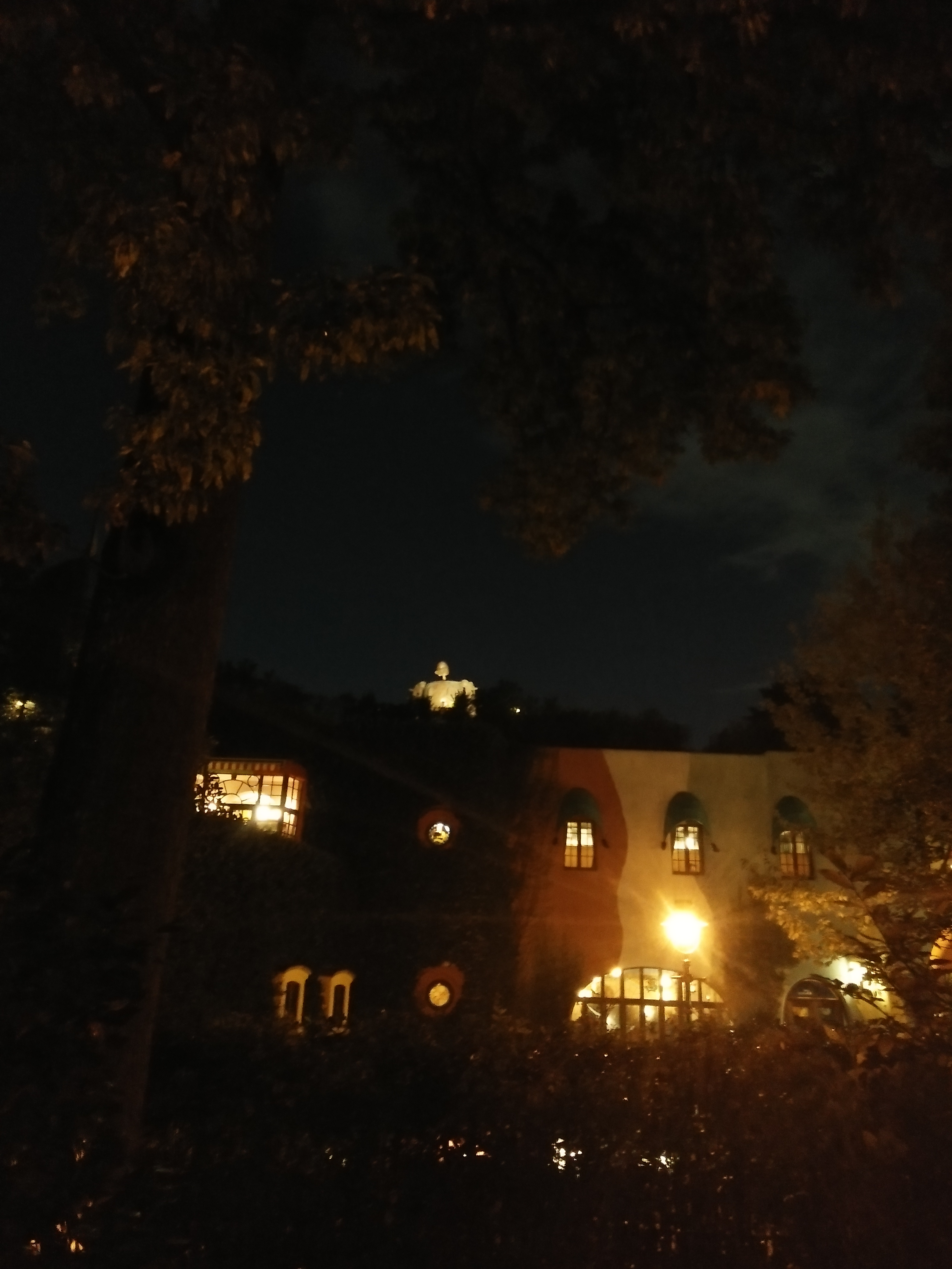 Picture of the robot soldier peeking from the roofs of the museum after dark