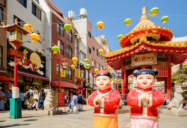 Two Chinese-style dolls on the street of Kobe Nankinmachi Chinatown